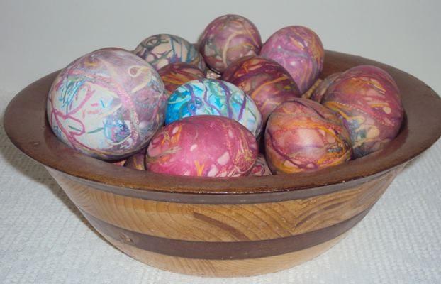 Αβγά πολύχρωμα, βαμμένα με κλωστές