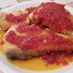Μπακαλιάρος τηγανιτός με σάλτσα