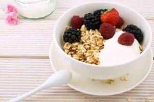 Φτιάξτε granola με καρύδα και κάρδαμο